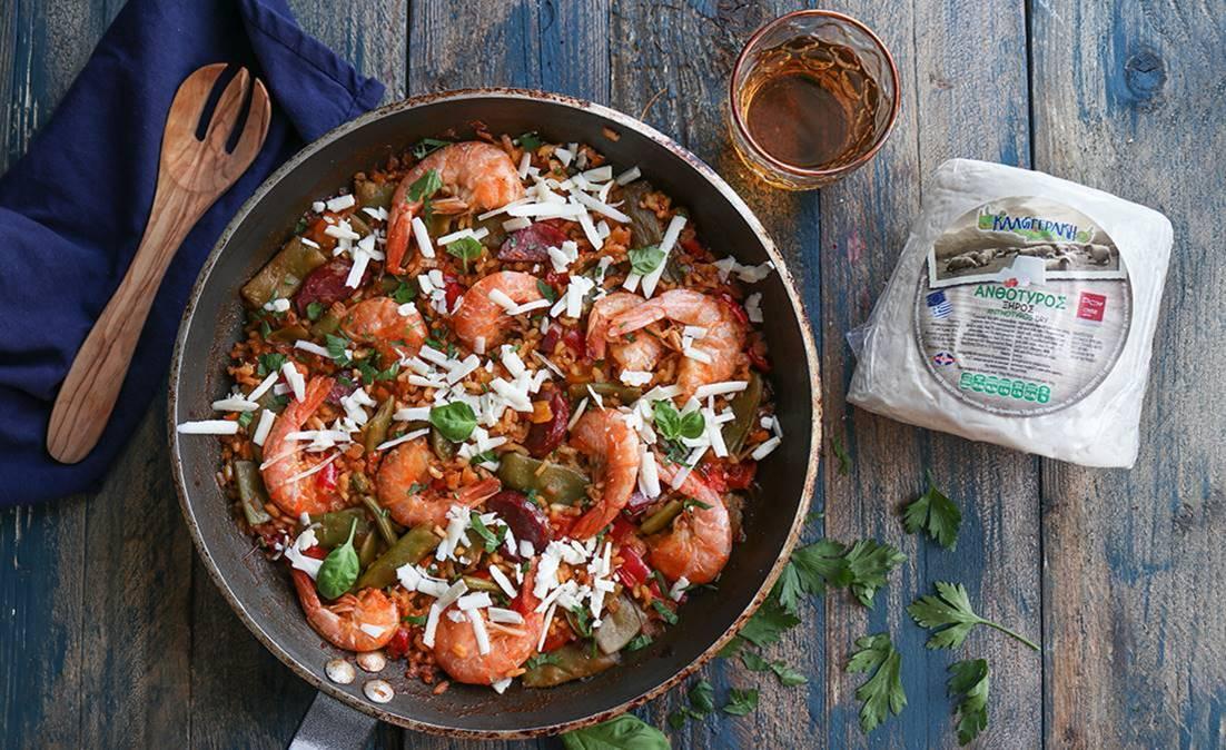 Παέγια με γαρίδες, λουκάνικο, φασολάκια και ανθότυρo