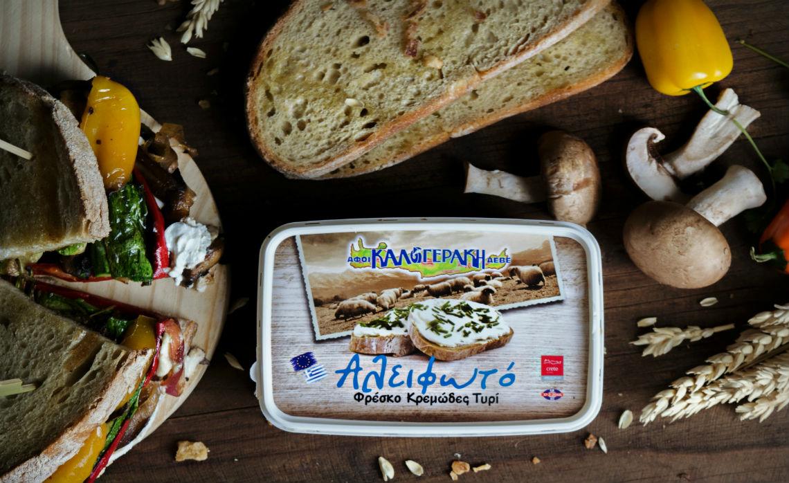 """Σάντουιτς με λαχανικά, καραμελωμένα κρεμμύδια και """"Αλειφωτό"""" φρέσκο τυρί κρέμα"""