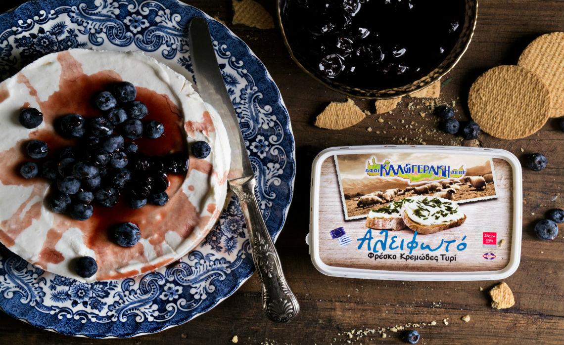 "Cheesecake με ""Αλειφωτό"" φρέσκο τυρί κρέμα, βύσσινο και μύρτιλα"