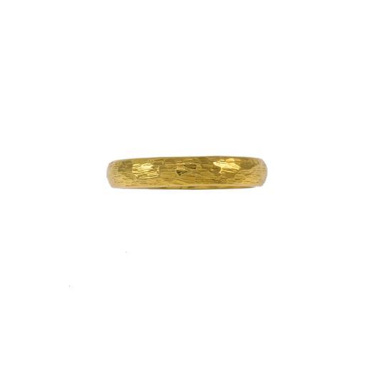 Βέρα με σφυρήλατη επιφάνεια σε κίτρινο χρυσό 14ΚΤ.