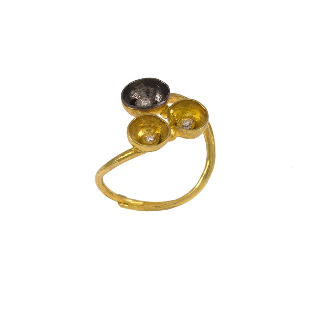 Δακτυλίδι  ''CAVE''  σε κίτρινο χρυσό 14ΚΤ με ζιργκόν και επιροδιωμένη επιφάνεια.