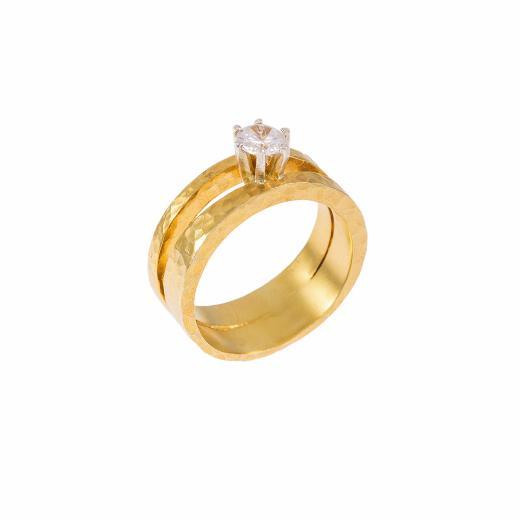 Δακτυλίδι μονόπετρο σε κίτρινο και λευκό χρυσό 18ΚΤ σε σφυρήλατη επιφάνεια με ζιργκόν.