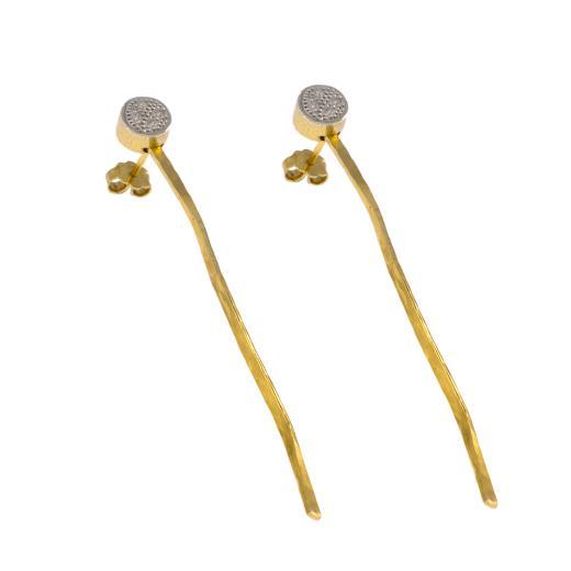 """Σκουλαρίκια """"RIBBON"""" με  σφυρήλατη επιφάνεια σε κίτρινο χρυσό 14ΚΤ με  ζιργκόν."""