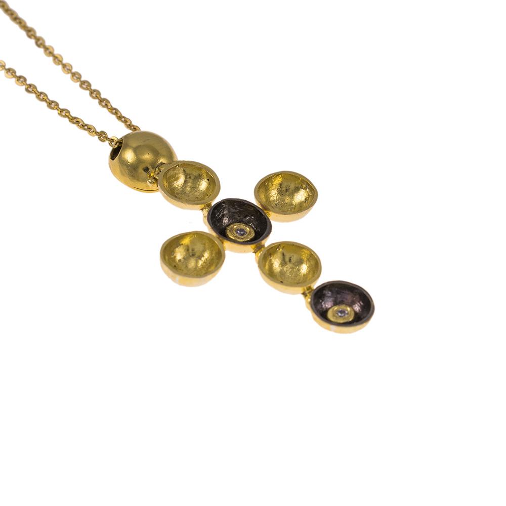 Σταυρός σε κίτρινο χρυσό 14Κ σε επιροδιωμένες φωλιές με ζιργκόν.